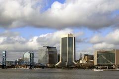 Einzigartiges Gebäude gegen einen blauen Himmel Lizenzfreie Stockfotos