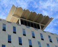 Einzigartiges Gebäude gegen einen blauen Himmel Lizenzfreies Stockfoto