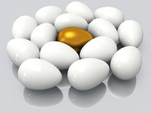 Einzigartiges goldenes Ei unter weißen Eiern Stockbilder