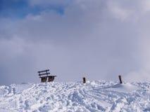 Einzige Bank im Schnee lizenzfreie stockfotografie