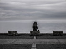 Einzige Frau, die heraus zum Meer schaut lizenzfreie stockbilder