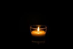 Einzige Kerze auf Schwarzem Stockbild
