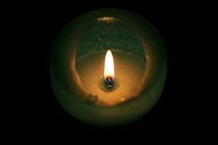 Einzige Kerze mit Feuer stockbild
