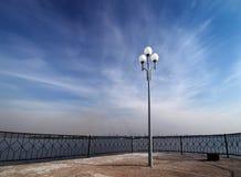 Einzige Laterne auf der Ufergegend Lizenzfreie Stockfotografie