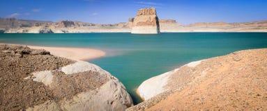 Einziger Felsen im blauen Wasser von See Powell Lizenzfreie Stockfotos