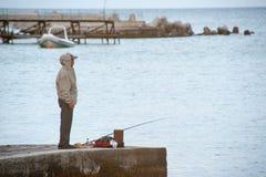 Einziger Fischer auf dem Ufer des Schwarzen Meers Stockfotos