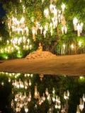 Einziger goldener Buddha, der im Lotussitz unter einem großen Baum sitzt Lizenzfreie Stockfotografie
