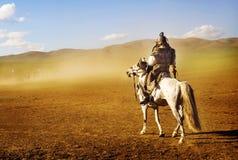 Einziger Mann, der entlang der Menge des Soldat-Armee-Konzeptes anstarrt Stockfotografie