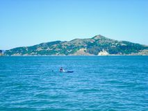 Einziger Mann am Seekajaken Lizenzfreie Stockbilder