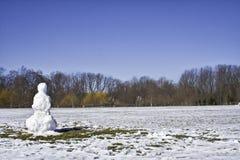 Einziger Schneemann im Frühjahr lizenzfreies stockbild