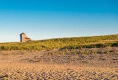 Einziges Haus auf dem Strand lizenzfreie stockbilder