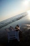 Einziges Liege gegen das schöne Meer Stockfotos