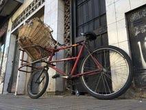Einziges rotes Lieferungs-Fahrrad Lizenzfreies Stockbild