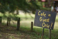 Einziges Zeichen des Cafés und des Gastes stockbilder