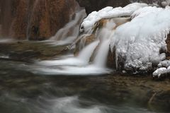 Eis über Wasserfall Lizenzfreie Stockfotos