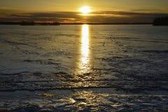 Eis als Spiegel Fotos von wunderful Natur Swedens lizenzfreies stockbild