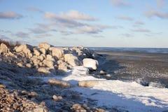 Eis auf dem Gras und den Steinen Stockbilder