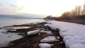 Eis auf der Beatch-Fluss-Bewegung stock footage