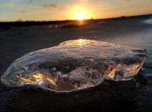 Eis auf der Seeküste Sonnenuntergangzeit lizenzfreie stockfotografie