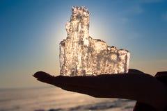 Eis auf einer Hand Stockfotografie