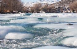 Eis auf Gebirgsfluss Stockfotos