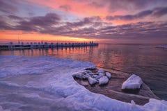 Eis auf gefrorenem Ozean am Sonnenaufganglicht Stockfoto