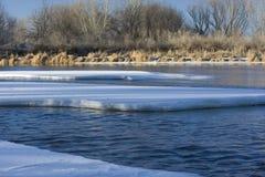 Eis auf Südplatte-Fluss, Kolorado stockfoto