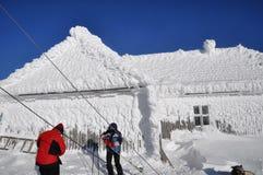 Eis bedeckte Haus in den Bergen Lizenzfreie Stockbilder