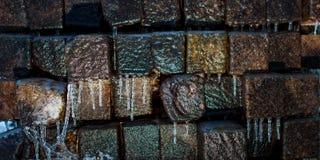 Eis-bedeckte Holzbalken und Eiszapfen lizenzfreie stockfotografie