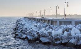 Eis bedeckte Steine im Meer Stockfoto
