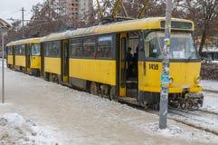 Eis-bedeckte Tram wartet, dass neue Passagiere auf einen Halt in der Dnepropetrovsk-Stadt am kalten Wintertag kommen Lizenzfreie Stockfotos