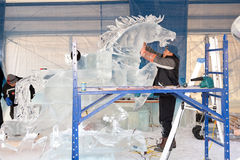 Eis-Bildhauer bei der Arbeit Lizenzfreies Stockfoto