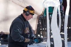 Eis-Bildhauer Drills Artwork am Winter-Karneval Lizenzfreie Stockfotografie