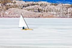 Eis-Boot, das gefrorenen See Laberge Yukon Kanada segelt Lizenzfreie Stockbilder