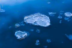 Eis, das hinunter Fluss schwimmt stockfotografie