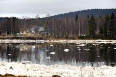 Eis, das im Fluss entlädt Stockfotos