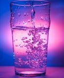 Eis, das Wasser spritzt stockfoto