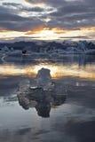 Eis durch den Sonnenuntergang in Jökulsárlón Stockbilder