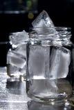 Eis in einem Glas Stockfotos
