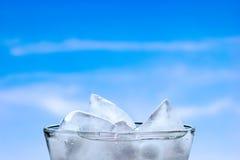 Eis in einem Glas lizenzfreie stockfotos