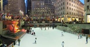 Eis-Eisbahn in der Rockefeller-Mitte Lizenzfreies Stockfoto