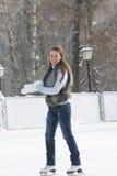 Eis-eislaufende junge Frau lizenzfreies stockfoto