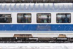 Eis gefrorener Zug während der schweren Schneefälle Stockbild