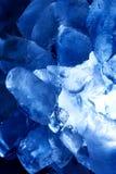 Eis gegen blaue Hintergrundvertikale Stockbild