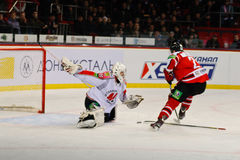 Eis-Hockey nahe den Torspielern Metallurg (Novokuznetsk) und Donbass (Donetsk) Lizenzfreie Stockbilder