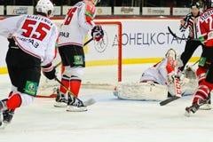 Eis-Hockey nahe den Torspielern Metallurg (Novokuznetsk) und Donbass (Donetsk) Stockfotos