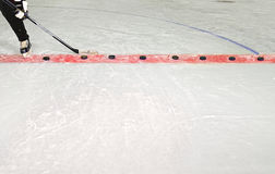 Eis-Hockey-Praxis-Steuerknüppel und Kobolde stockfotografie