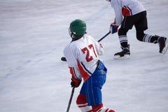 Eis-Hockeyspieleisbahnenschuss-Rochenschlittschuhläufer lizenzfreies stockbild