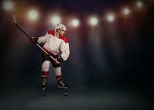 Eis-Hockeyspieler bereit, einen Schnappschuß zu machen Stockfotos
