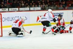 Eis-Hockeyspieler Metallurg (Novokuznetsk) und Donbass (Donetsk) Stockfoto